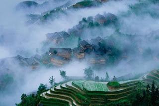 poblado-cubierto-por-la-mniebla