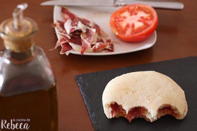 Pan mollete con aceite de oliva, tomate y jamón