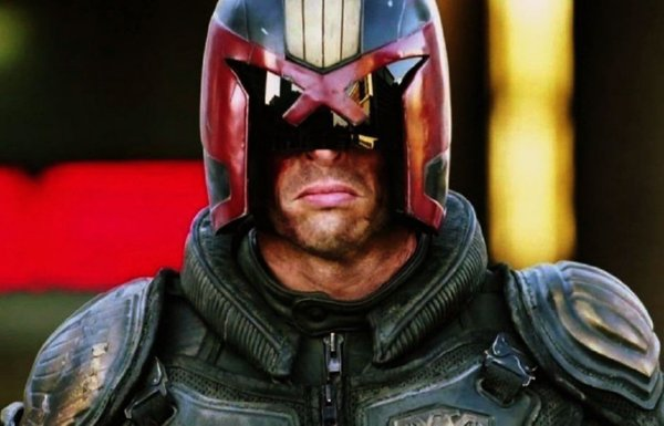 Judge Dredd 2012 - Karl Urban dressed in red/black helmet and armor