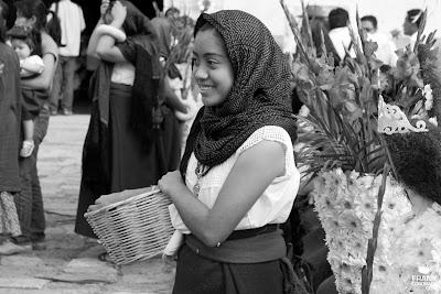 mujer de tlacolula con canasta y rebozo
