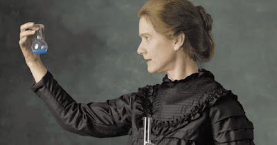 Biografi Marie Curie - Penemu Radioaktif   Marie Curie lahir di Warsawa, Polandia, pada tanggal 7 November 1867 dan meninggal di Savoy, Prancis, pada tanggal 4 Juli 1934 pada umur 67 tahun karena menderita sakit kanker darah, akibat terlalu banyak kena sinar radioaktif ketika menyelidiki dan memisahkan radium. Ayah guru fisika dan ibunya kepala sekolah. Di Polandia ia bernama Manya Sklodowska. Nama itu berubah jadi Mania, Marja, Marya dan akhirnya di Prancis jadi Marie. Orang tua Marie beranak lima orang. Marie adalah yang paling muda. Sejak kecil ia cerdas dan kuat ingatannya. Pada umur 15 tahun ia lulus Sekolah Menengah dengan nilai tertinggi. Tapi malang orang tuanya miskin. Pada umur 17 tahun Marie terpaksa mencari nafkah dengan jadi guru privat. Pada waktu itu Polandia di bawah kekuasaan Rusia, seperti zaman sekarang. Marie ingin melanjutkan ke Perguruan Tinggi, tapi pada waktu itu di Polandia gadis dilarang masuk universitas.   Oleh karena itu setelah tabungannya cukup, ia pindah ke Paris dan kuliah di Sarbonne, bagian dari Universitas Paris. Pada tahun 1894 ia bertemu dengan Pierre Curie. Tahun berikutnya mereka melangsungkan pernikahan. Pada tahun 1896 Henri Becquerel menemukan sinar yang mirip sinar-X pada uranium. Marie Curie
