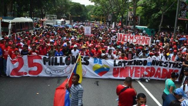 Estudiantes venezolanos marchan en apoyo a Maduro