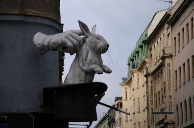 Truco de magia: conejo saliendo de la chistera