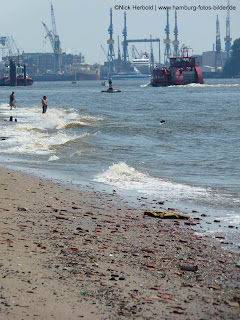 Elbstrand Hamburg baden in den Wellen