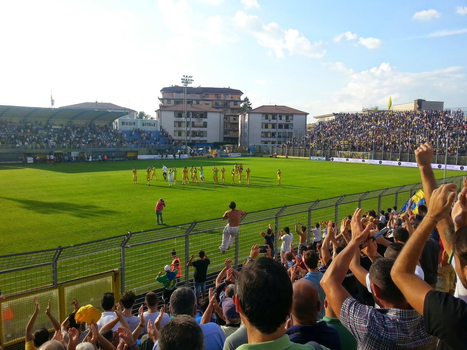 I giallo-blu salutano i propri sostenitori a fine gara. fotosportnotizie.com