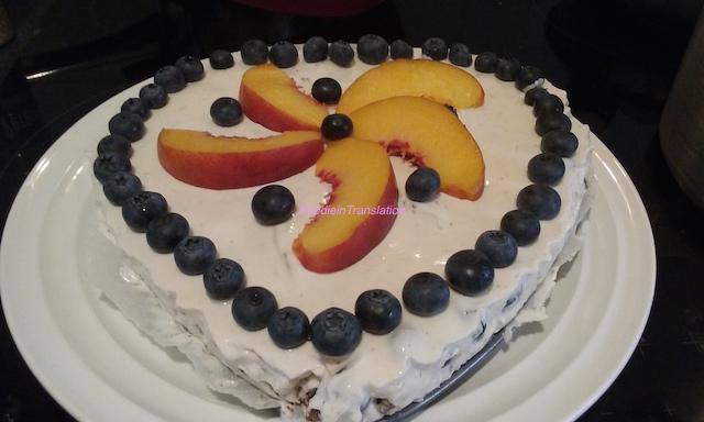 Torta allo yogurt con pesche e mirtilli