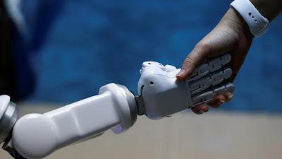 robot le da la mano a una mujer