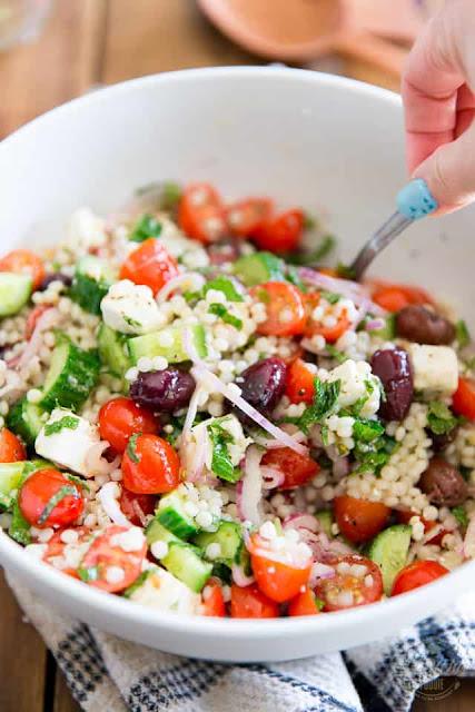 Salata in stil grecesc cu cuscus, branza feta si masline