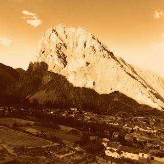 Montanha em Frente aos Terraços de Ollantaytambo