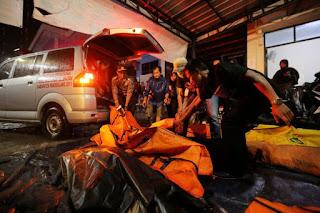 Sejumlah jasad korban tewas akibat gelombang tsunami di Puskesmas Carita, Pandeglang, Banten, Minggu (23/12/2018) - Foto/KOMPAS.com