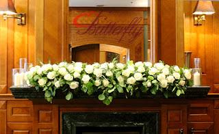 Białe róże i eukaliptus - dekoracja ślubna kominka