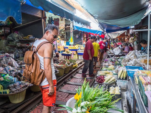 Do tốc độ tàu đi rất chậm, người dân xung quanh khu vực này có thể thoải mái họp chợ ngay sát đường ray tàu. Những người buôn bán dùng ô hoặc vải che để bảo vệ hàng hóa khỏi ánh nắng mặt trời. Các mặt hàng ở đây rất đa dạng bao gồm hải sản, trái cây, rau, thịt khô và đồ gia dụng giá rẻ. Chợ mở cửa từ 6h-18h hàng ngày.