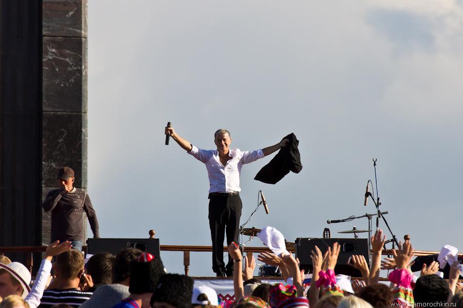 Олег Газманов заканчивает выступление на концерте, посвященном Тысячелетию единения мордовского народа с народами Российского государства