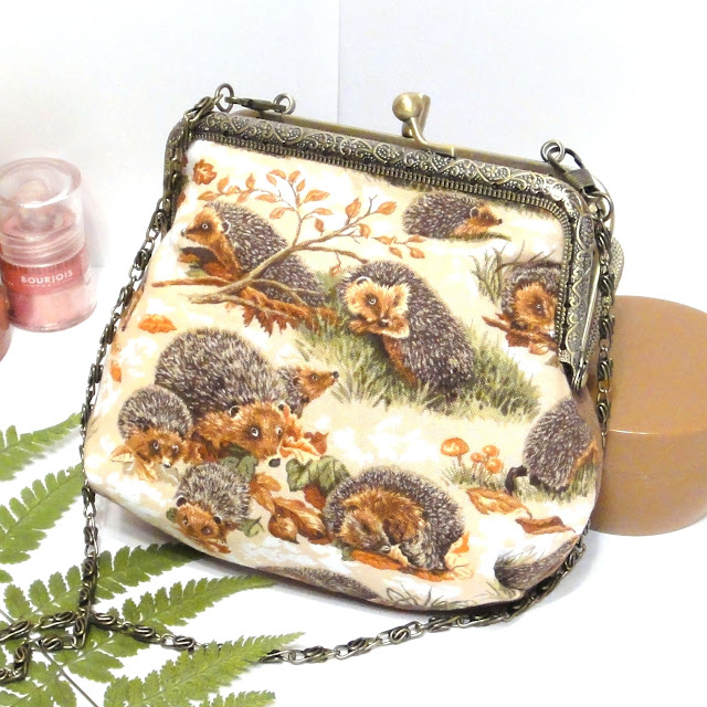 Женская сумочка с ежиками, подарок девушке ручной работы: натуральный хлопок, цепочка 120 см. Доставка почтой или курьером