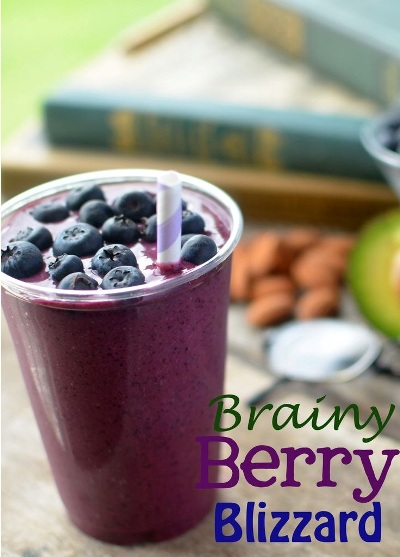 Berry Brainy Blizzard.  Bahan: blueberry, jus delima, wheat germ, almond, alpukat.