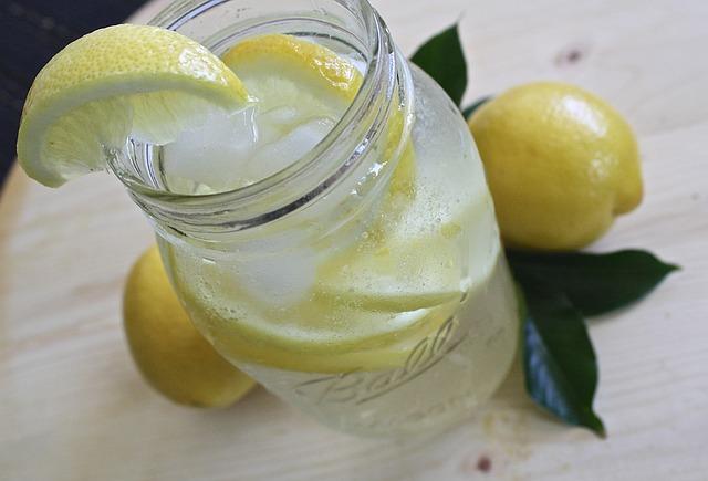16 benefícios da água com limão