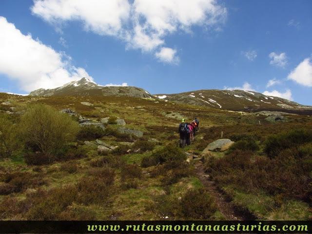 Primeros metros de ascensión de Peña Trevinca