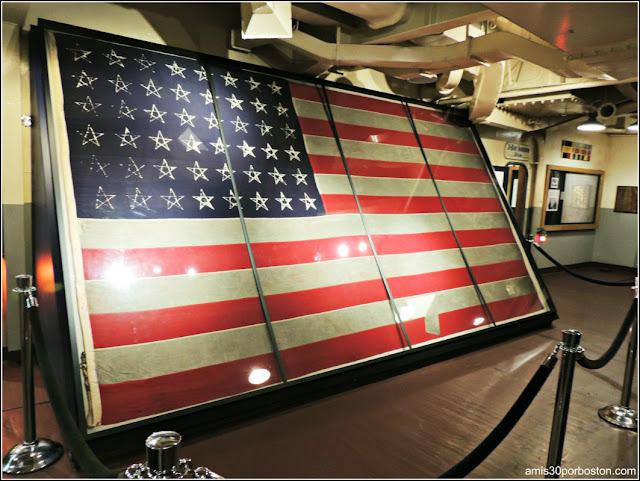 Bandera de Estados Unidos en el USS Massachusetts