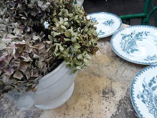 Detalle de combinacion de hortensias y porcelana en Desembalaje Bilbao