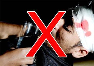 Bahayanya memberi minum pada korban kecelakaan