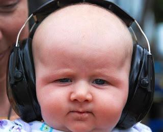 Foto gambar bayi lucu mendengarkan musik 25