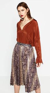 Falda midi plisada metalizada en estampado serpiente para invierno 2017