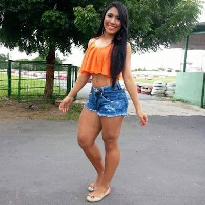 CHICA EN DIMINUTA MINIFALDA - YouTube