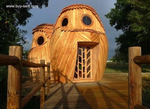 Cabaña de madera con forma de un par de buhos en Francia