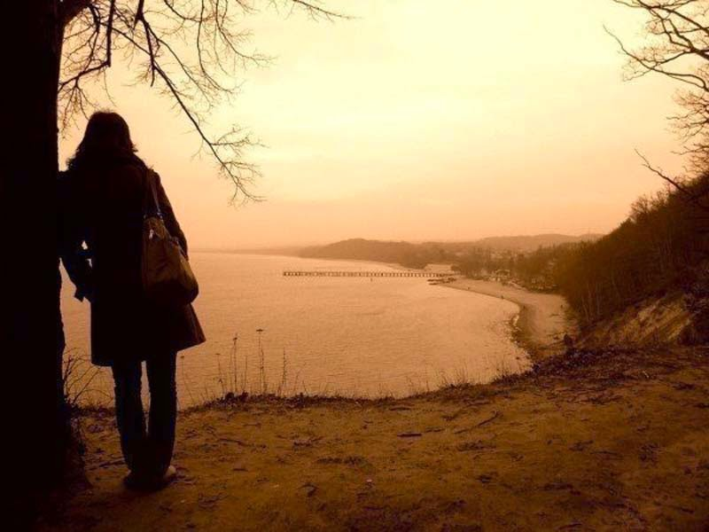 Girl-alone-thinking-thoughts-standing-near-tree-image-800x600.jpg