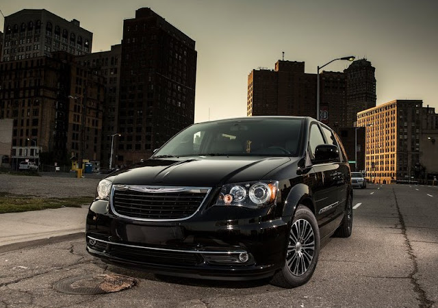 Chrysler Town Country S Front