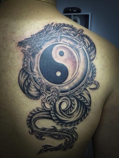 O Yin Yang tatuagem feita por um dragão. Dragões são um sinal de prosperidade em Chinês crença que significa, carregando o símbolo do Yin Yang é bom sinal.