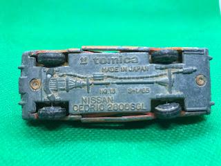 日産 セドリック2800SGL のおんぼろミニカーを底面から撮影