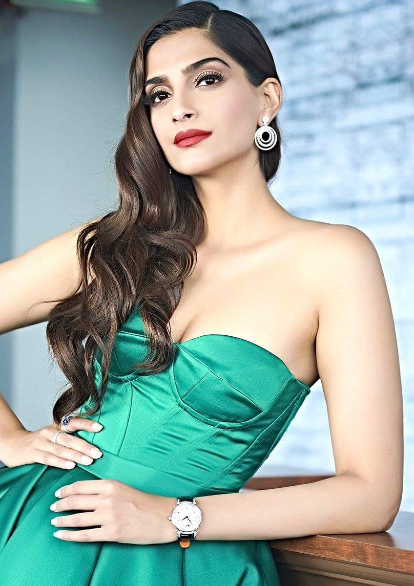 Sonam Kapoor looks Hot Sexy in Green Dress | Sonam Kapoor Hot Cleavage Show