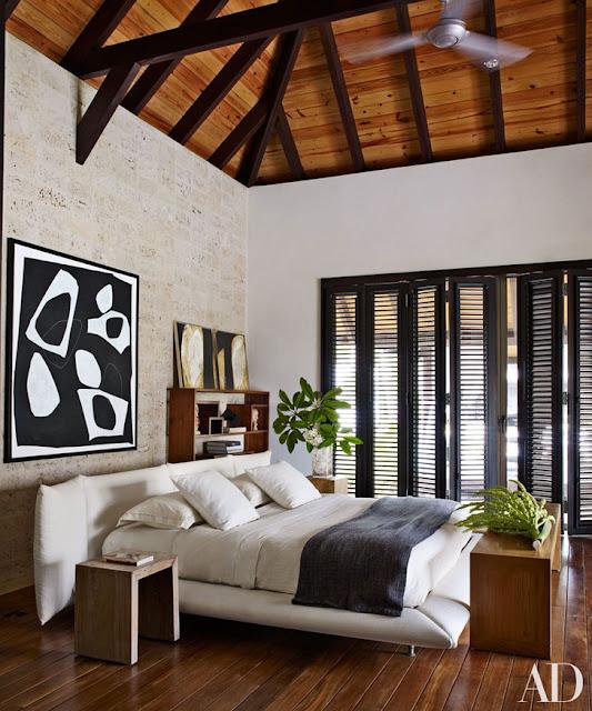 dormitor in alb, negru si lemn