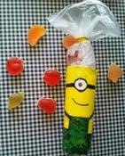 http://clarabelen.com/inspiraciones/6000/como-hacer-un-dulcero-para-cumpleanos-con-tema-de-los-minions/