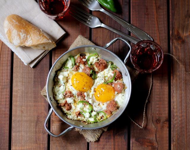 saganaki con uova, salsiccia e feta