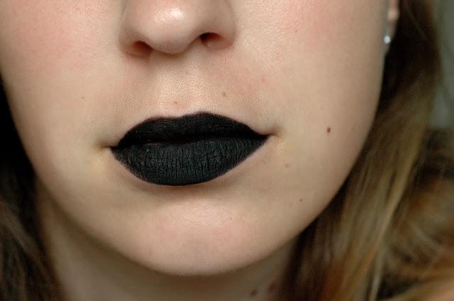 schwarzer Kajal als Ersatz für Lippenstift