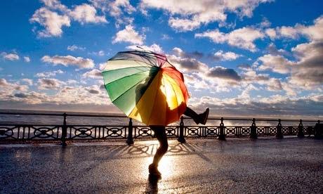 مجنون يرقص بمظلة