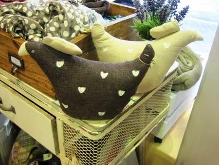 Sujetapuertas gallina de tela con corazones, en marrón y beige