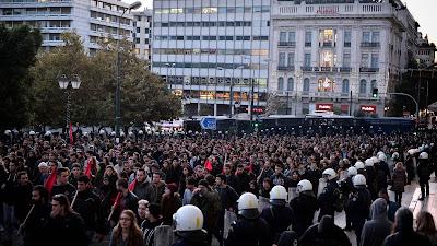 La policía antidisturbios custodia la marcha contra la política de austeridad, en el centro de Atenas, capital de Grecia, 17 de noviembre de 2017.