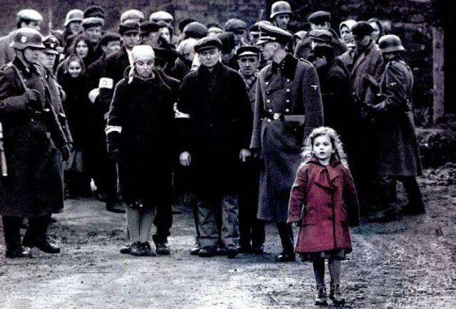Instante de La lista de Schindler (1993) con la famosa niña del abrigo rojo