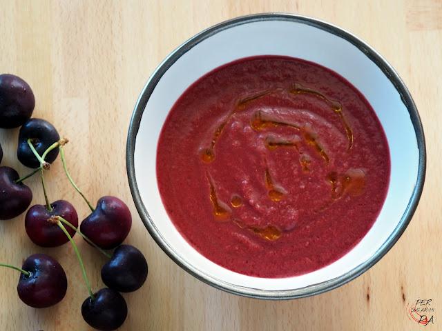Sopa fría de verano con la base del tradicional gazpacho (tomate maduro, pimiento verde, pepino, cebolleta y ajo) y cerezas.