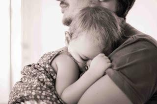 bebe durmiendo en brazos