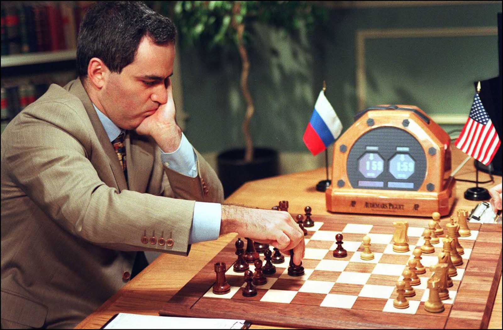Kasparov hace un movimiento en el juego 2.