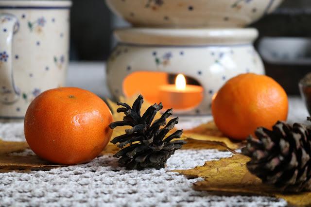 Rozgrzewająca herbata z pomarańczą, imbirem i sokiem z czarnego bzu