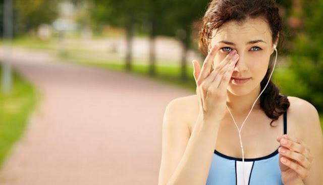Lima Cara Berikut Cukup Efektif Untuk Membersihakn Debu Dari Matamu