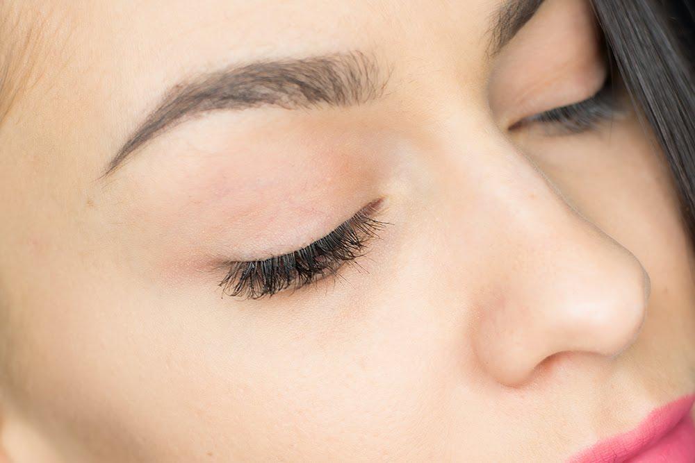 Metoda klejenia rzęs, kępkę od dołu. wizażystka poznań makijaż ślubny poznań