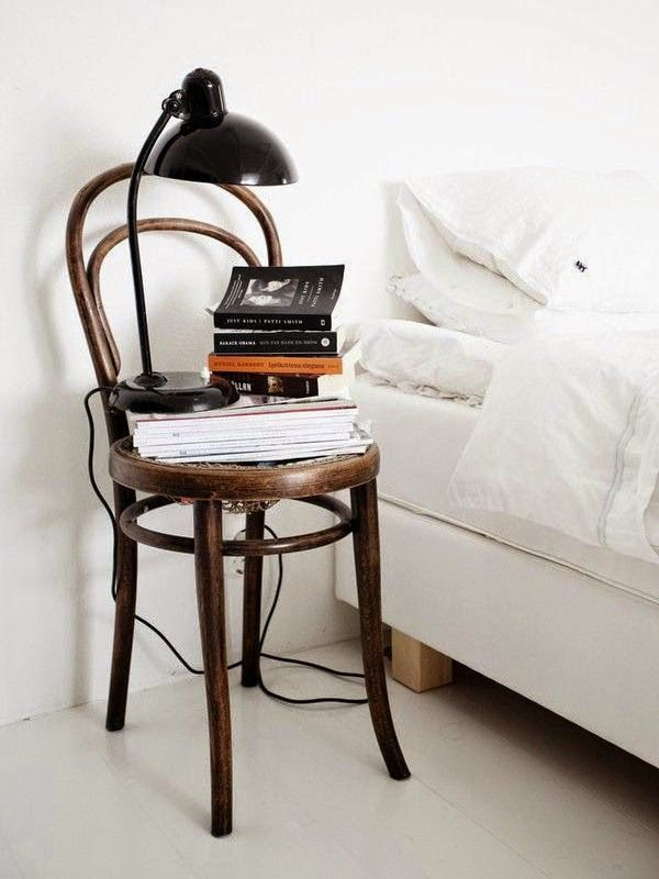 Una silla como mesita de noche