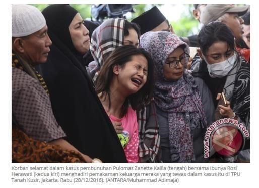 Korban selamat dalam kasus pembunuhan Pulomas Zanette Kalila (tengah) bersama Ibunya Rosi Herawati (kedua kiri) menghadiri pemakaman keluarga mereka yang tewas dalam kasus itu di TPU Tanah Kusir, Jakarta