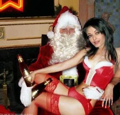 Weihnachtsmann mit Frau auf Schoß und Bier lustig